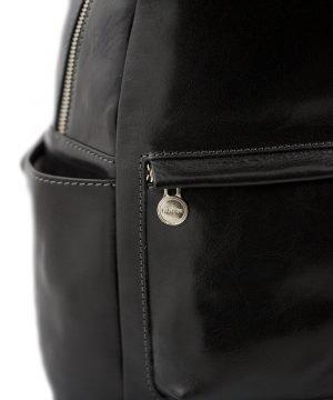 Zaino in cuoio nero Made in Italy e artigianale.